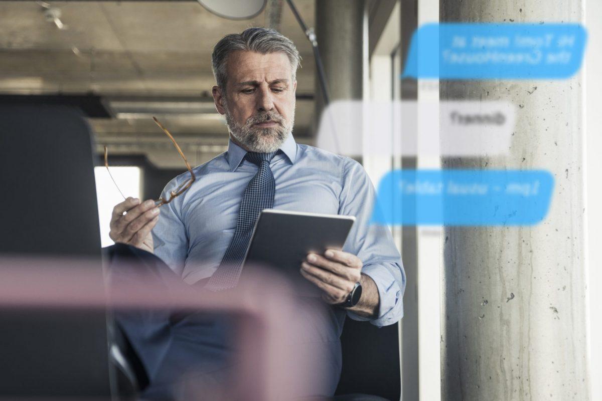 """Bank-Mitarbeiter blickt auf eingehende Messages als Metapher für den Artikel """"6 Erfolgsfaktoren im Conversational Banking"""""""