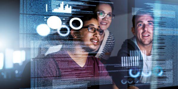 """Programmierer-Team arbeitet an Customer Experience als Metapher für den Artikel """"Customer Experience im Banking"""""""