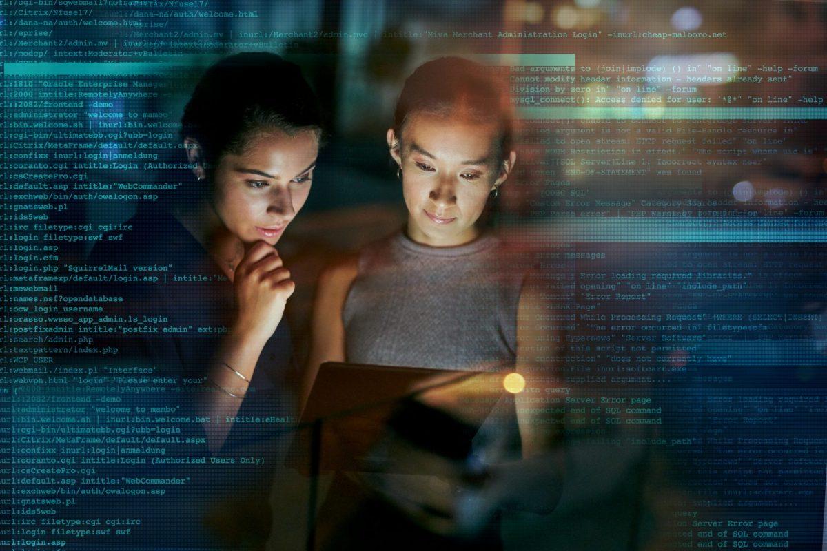 """Zwei Kolleginnen blicken auf Datenströme als Metapher für """"Datensicherheit in der Team-Kommunikation"""""""