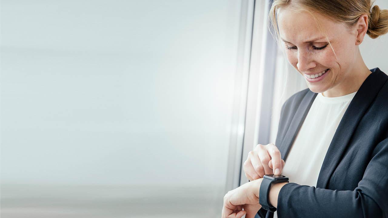 Frau blick fokussiert auf die Zeit als Metapher für die Aufforderung nach Tempo und Fokus in der Studie zur Digitalisierung europäischer Banken / zeb.digital pulse check 4.0