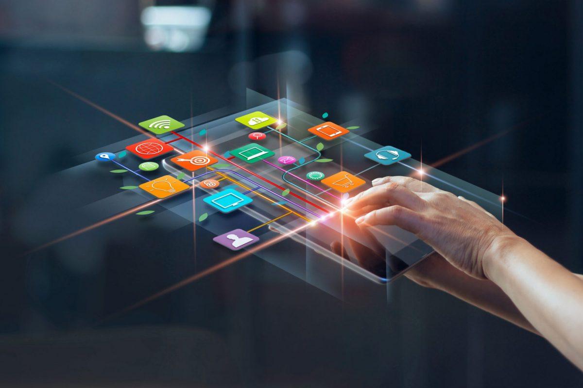 """Person nutzt Mobile Banking als Metapher für den Artikel """"Mobile Banking in Luxemburg"""""""