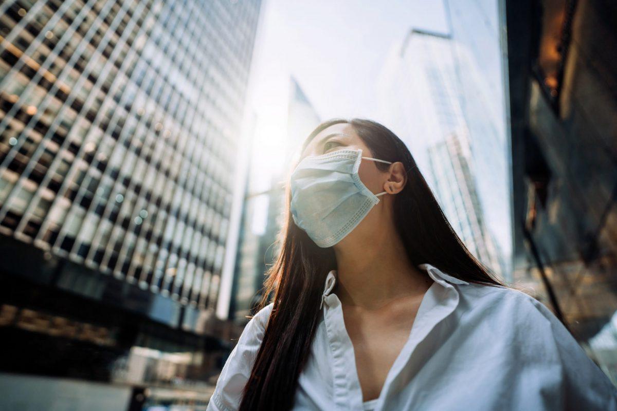 """Businessfrau mit Corona-Atemschutzmaske als Metaphor für """"Der Bankensektor zwischen Hoffen und Bangen"""" in """"zeb.market flash Q4 2020 (Issue 35 – Januar 2021)"""""""