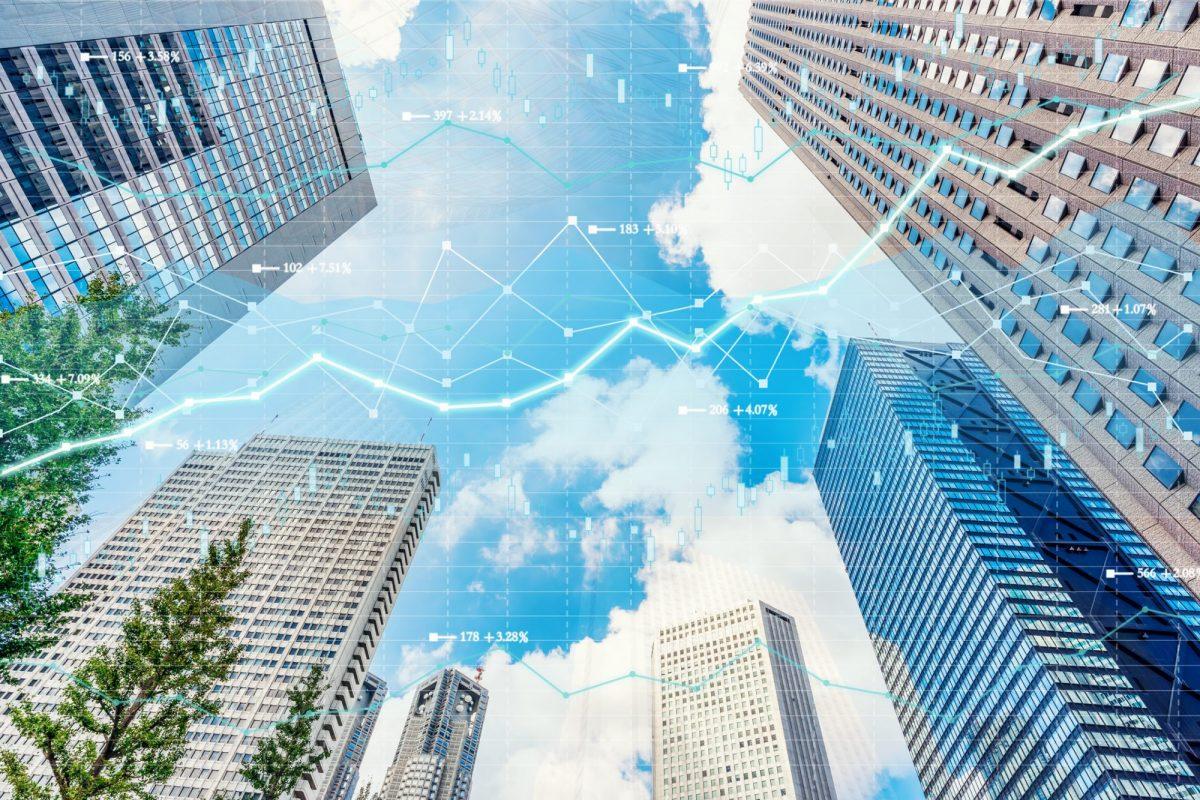"""Bankenviertel mit abstrakten Wirtschaftsgrafiken im Hintergrund als Metapher für den Artikel """"Gesamtjahreszahlen europäischer Banken"""""""