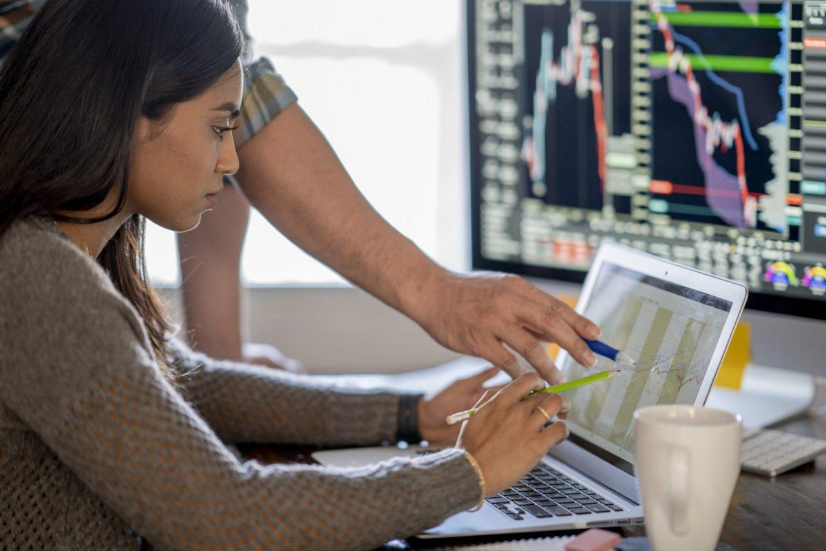 """Geschäftsfrau betrachtet Kreditzahlen als Metapher für den Artikel """"Kredithandel – Portfoliomanagement in Zeiten von COVID-19"""""""