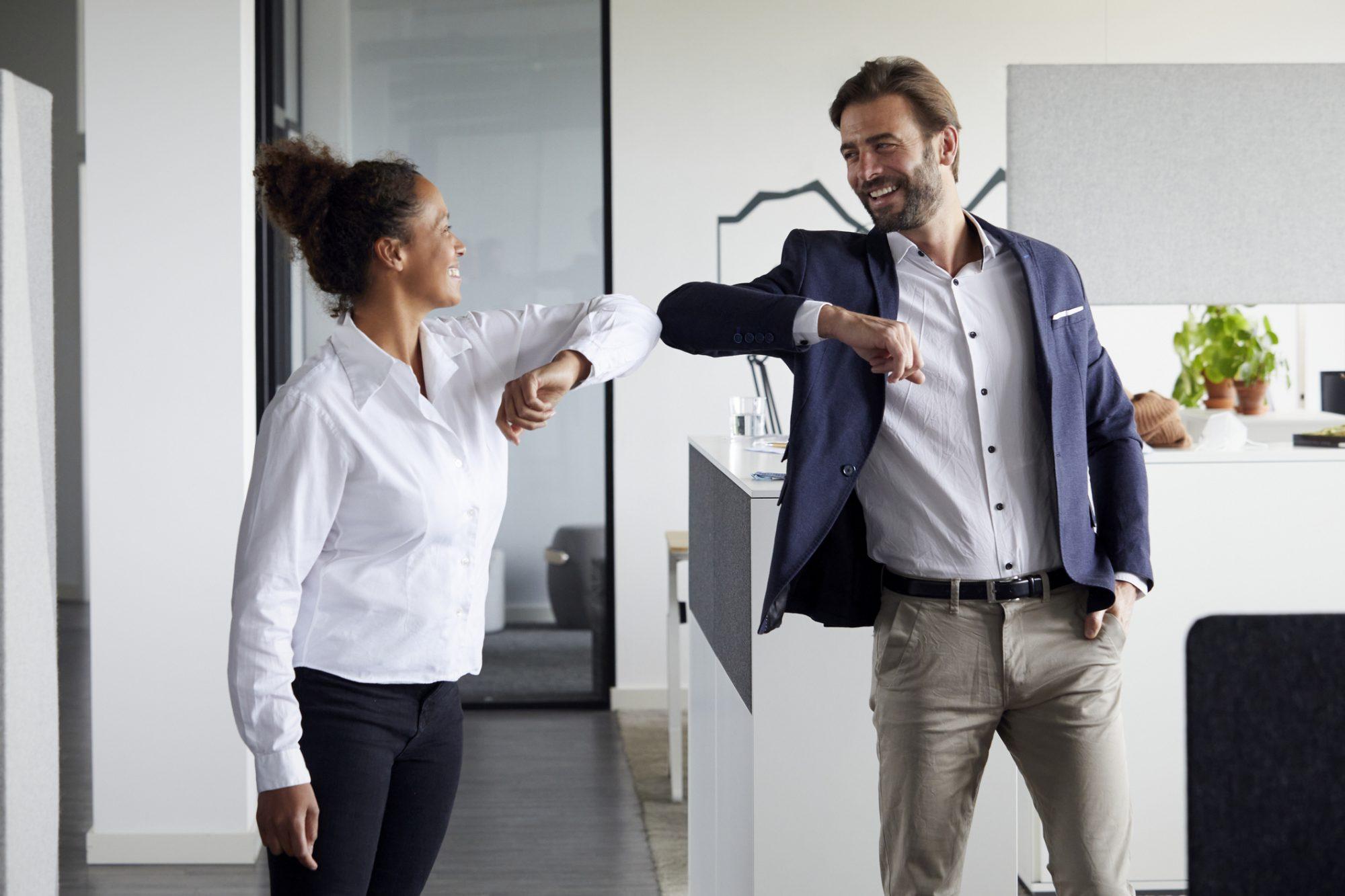 """Kollegen begrüßen sich im Büro als Metapher für """"Unternehmenskultur im Schnelltest: Ergebenisse zeb Kulturanalyse"""