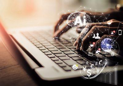 """Frau arbeitet gemeinsam mit KI am Notebook als Metapher für """"Mit KI zu einer effizienten Kundenkommunikation"""""""