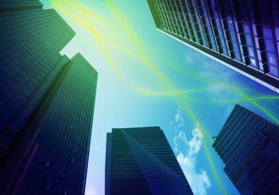 """Skyline mit Daten-/Kommunikationsstrom als Metapher für den Artikel """"BIRD 5.0 – Chance für FinTechs und Neobanken"""""""