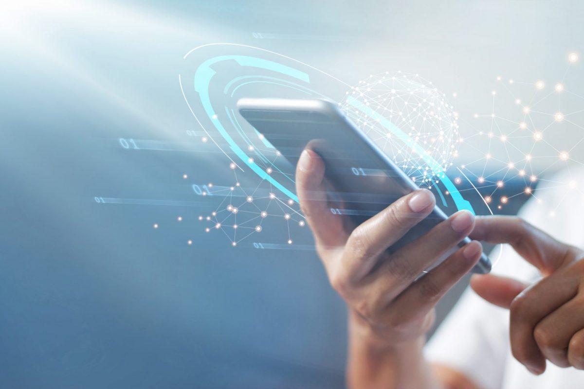 """Person am Smartphone als Sinnbild für """"Buy now, pay later – Hype oder die Zukunft des Bezahlens?"""