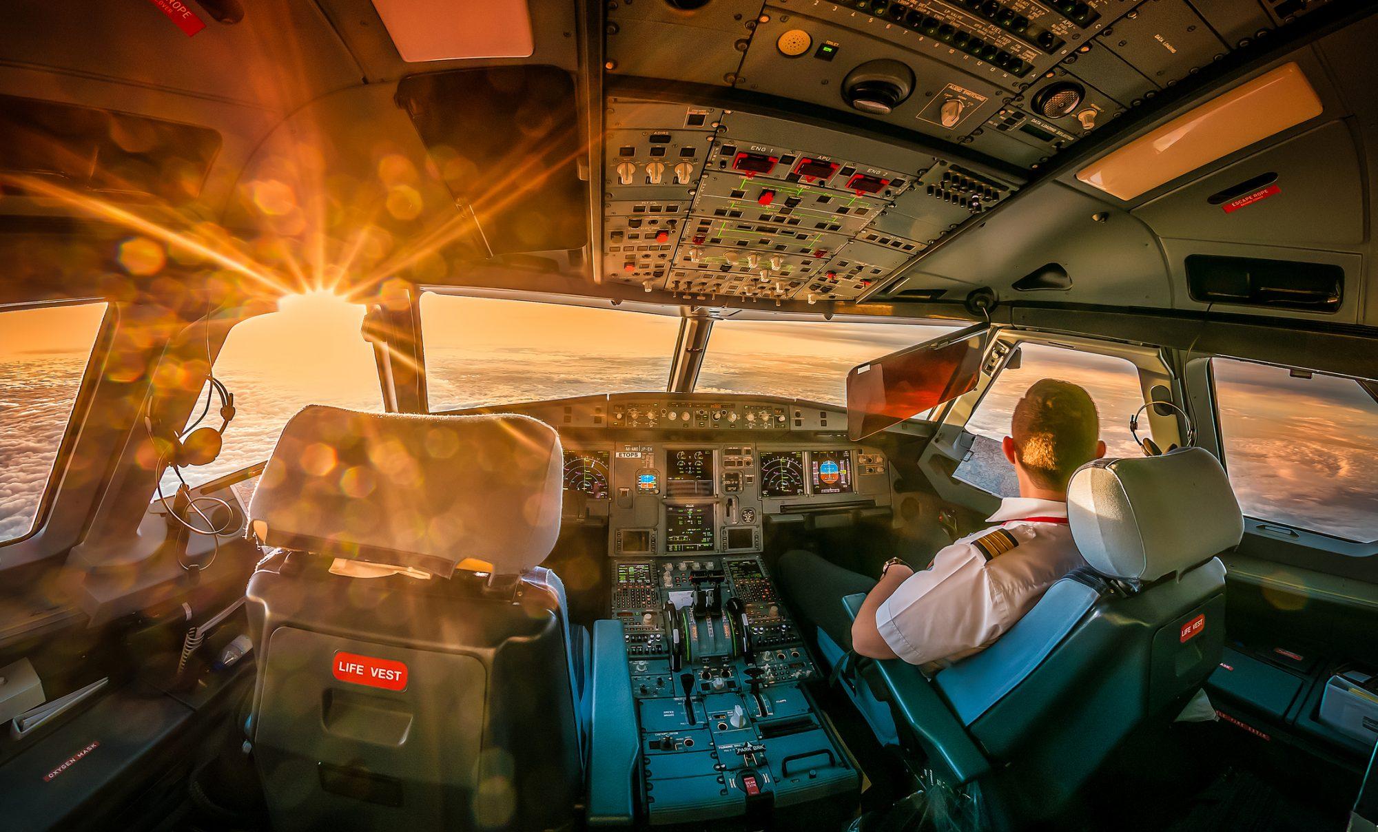 """Pilot im Cockpit als Metapher für den Artikel """"Effektive Fehlerkultur – Impulse aus der Luftfahrt"""""""