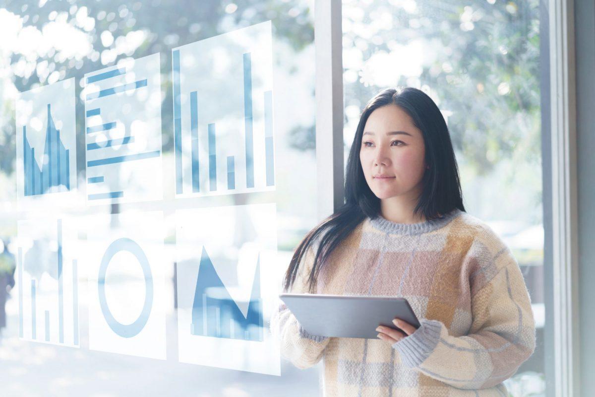 """Frau die über Tablet an Analysen arbeitet als Metapher für """"Datenanalysen als Wettbewerbsfaktor für die Vermögensberatung"""""""