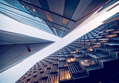 """Blick vom Bankenviertel auf die Skyline als Metapher für """"Inflation im Anmarsch – Bankaktien im Aufwind: zeb.market.flash Q1 2021 (Issue 36 – April 2021)"""""""