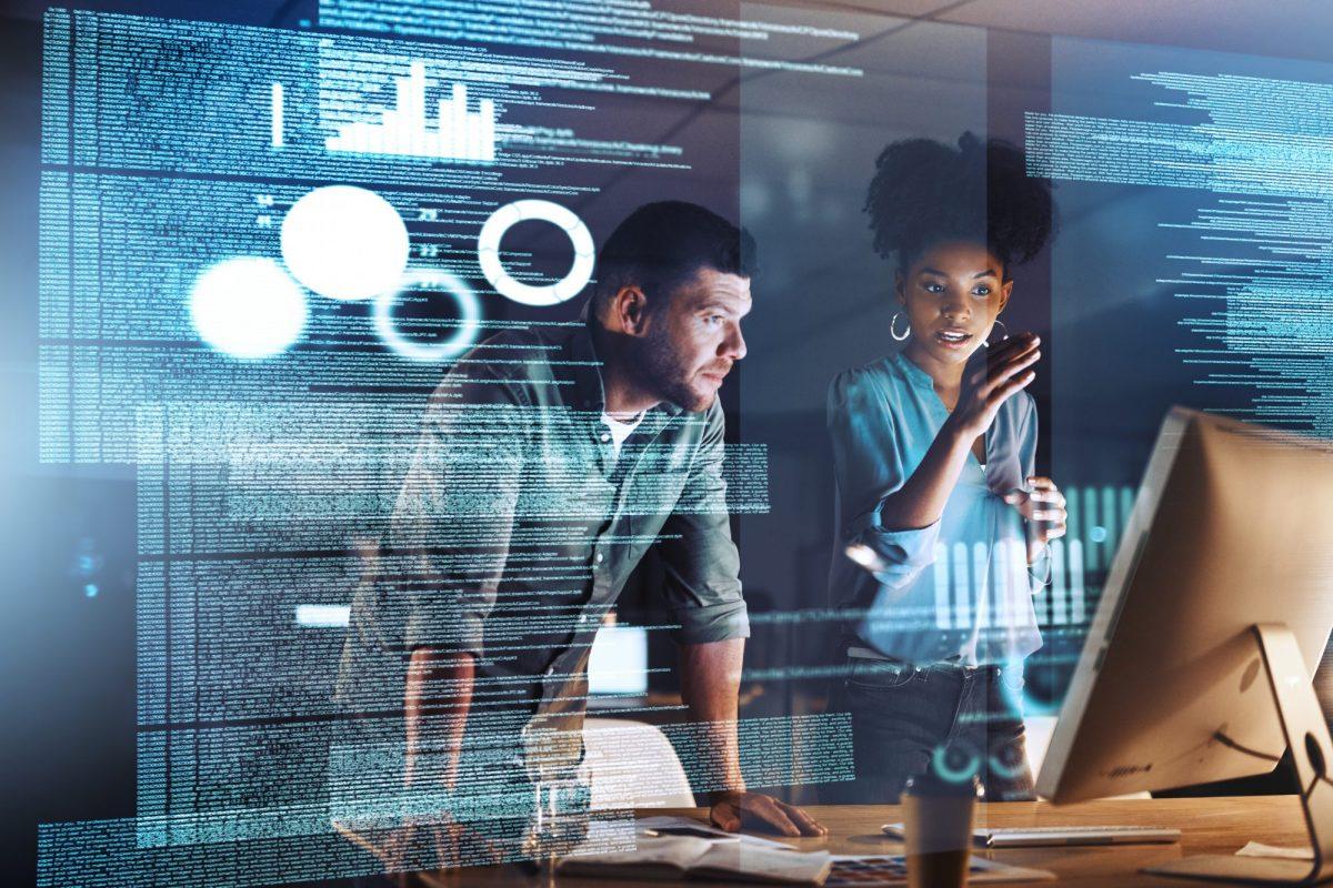 """Programmierer-Team blickt auf Analyse-Code als Metapher für """"Kundenbeziehungen pflegen und Kundenengagement mit Low-Code aufbauen"""""""