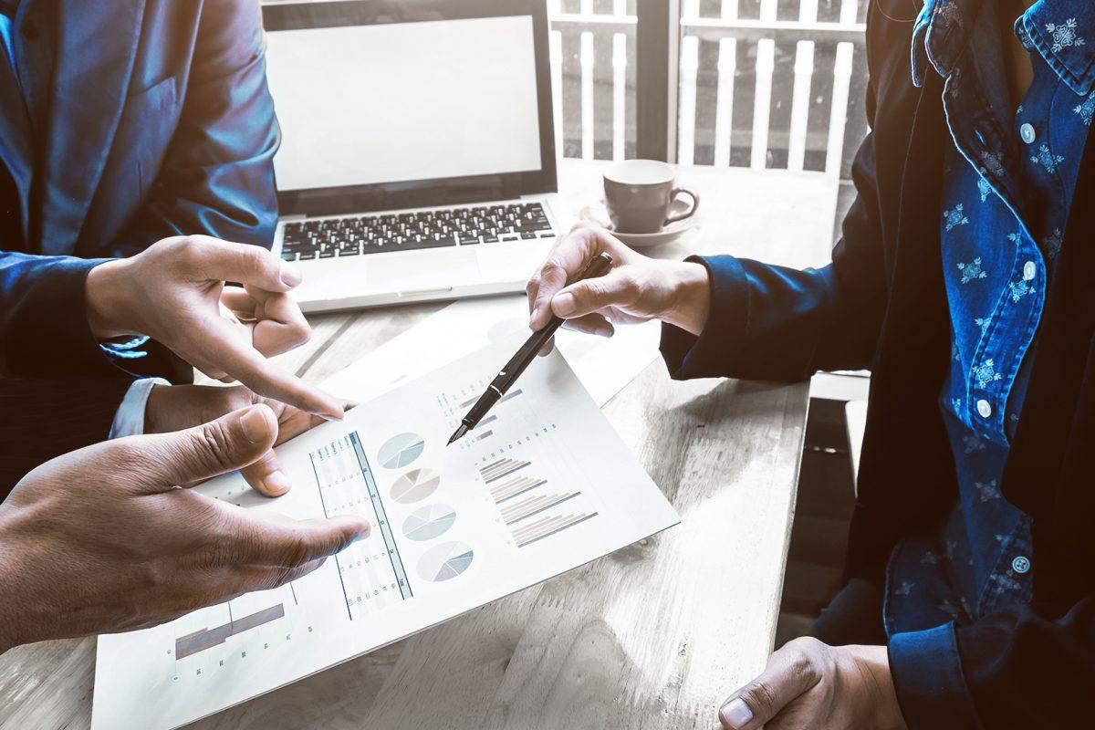 """Team arbeitet gemeinsam an Lösung als Metapher für """"Outsourcing in der Finanzindustrie: Vier gute Gründe"""" / Gastartikel Avaloq"""