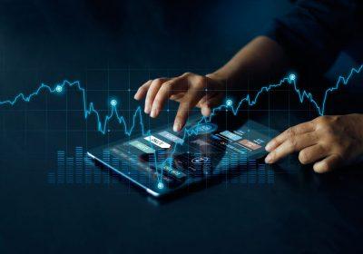 """Tablet mit digitalen Investments als Metapher für dem Artikel """"Digital Assets im Scheinwerferlicht von institutionellen Investoren"""""""