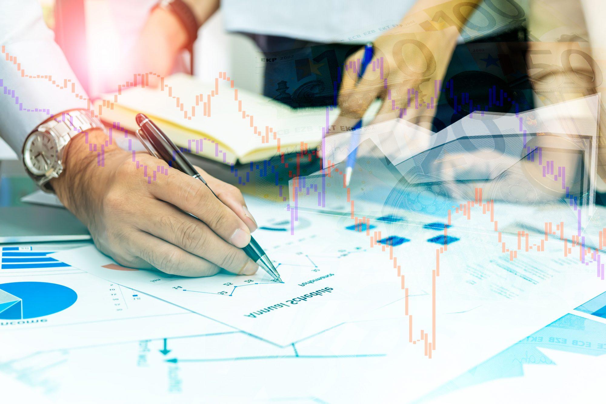 """Business-Meeting zur Finanzstrategie als Metapher für den Artikel """"Zinsbuchsteuerung: Integration faktischer Zinsuntergrenzen"""""""