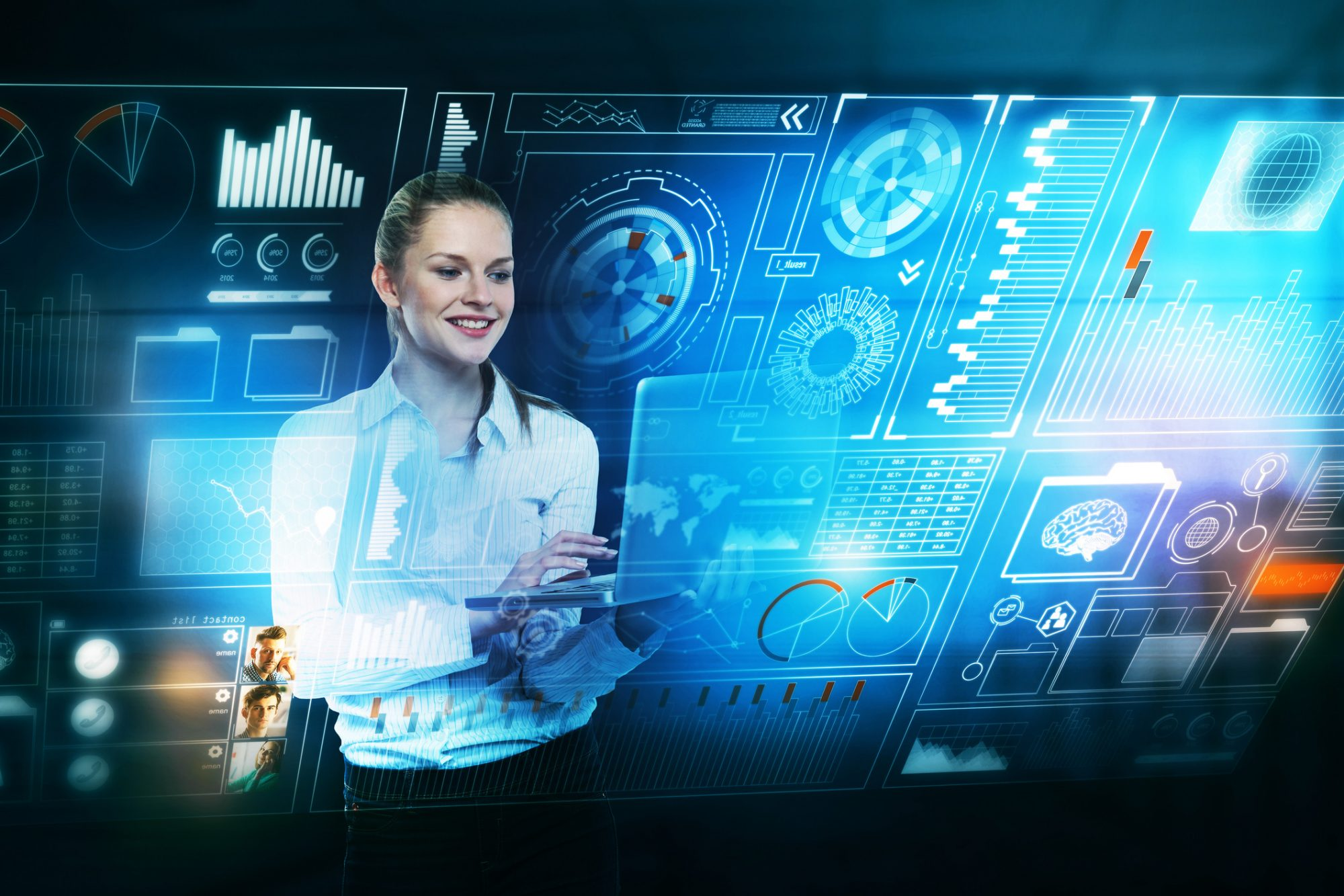 Frau nutzt Prozessautomatisierung mit Robotics im Firmengeschäft